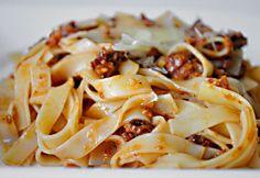 Pesto rosso tagliatelle-vel Pesto, Pasta Recipes, Italian Recipes, Spaghetti, Favorite Recipes, Cooking, Ethnic Recipes, Food, Knitting