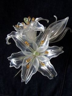 Kanzashi – lillies made from recycled plastic bottles Plastic Bottle Flowers, Plastic Bottle Crafts, Plastic Spoons, Recycle Plastic Bottles, Plastic Art, Resin Flowers, Diy Flowers, Paper Flowers, Recycled Bottles