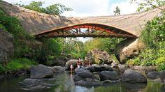 Green School, construída na ilha de Bali, Indonésia ( mais )  Arquitetura Racionalista