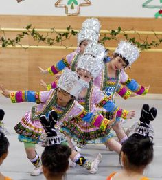 #Chinese #dance students perform an ethnic dance for the fall 2011 Christmas Party at Fei Tian Academy of the Arts California. #children #sanfrancisco #performingarts Dance With You, Lets Dance, Chinese Dance, Famous Dancers, Spanish Dancer, Tiny Dancer, Modern Dance, Dance Pictures, Dance Class