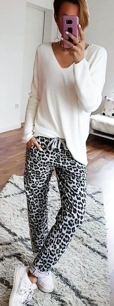#winter #outfits white v-neck sweatshirt and black-and-white leoaprd leggings. Pic by @luckyme_online.