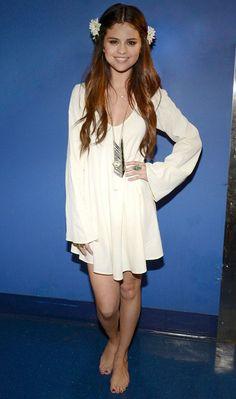 Selena Gomez apostou em um look hippie chic com direito até a flores no cabelo e pés descalços para uma apresentação mais intimista para a UNICEF.