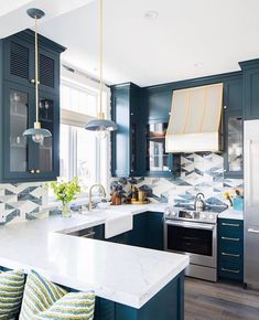 Rustic kitchen: 70 photos and decoration models to check - Home Fashion Trend Blue Kitchen Cabinets, Kitchen Cabinet Colors, Kitchen Colors, Kitchen Cabinets With Wallpaper, Shaker Cabinets, Kitchen Layout, Beach Theme Kitchen, Kitchen Decor Themes, Home Decor