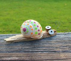 Small natural snail decorated with Posca markers. www. Small natural snail decorated with Posca markers. www. Diy For Kids, Crafts For Kids, Diy And Crafts, Arts And Crafts, Decor Crafts, Home Decor, Snail Shell, Shell Crafts, Nature Crafts