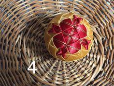 Dekorácie - vianočné patchworkové gule červeno-zlaté - 7147271_