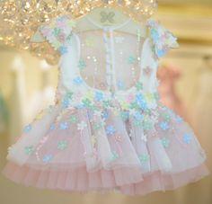 """1,587 curtidas, 151 comentários - Le Infance ✨ Vitória - ES (@le_infance) no Instagram: """"✨Do nosso jardim de sonhos para nossas verdadeiras princesas! E não é que ele nesse comprimento…"""" Cute Girl Dresses, Frilly Dresses, Toddler Girl Dresses, Girl Outfits, Flower Girl Dresses, Baby Girl Fashion, Kids Fashion, Kids Frocks Design, Baby Girl Birthday"""