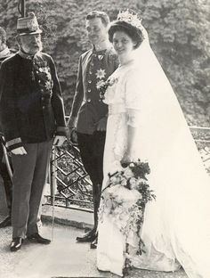 21 October 1911 Wedding of Archduke Karl and Princess Zita of Bourbon-Parma (later Emperor and Empress of Austria-Hungary) with Emperor Franz Joseph I. Royal Wedding Gowns, Royal Weddings, Vintage Weddings, Austria, Die Habsburger, Impératrice Sissi, Franz Josef I, Francisco Jose, Tuxedo Park
