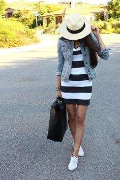 Para el primavera Los zapatos de tennis blanco, el vestido negro y blanco, la bolsa negro, la chaqueta azul, y el sombrero Cuestan $93 / 81.84€