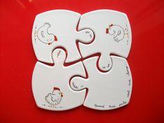 """Sur un air de comptine, 4 dessous de verre en forme de puzzle, décorés de """" 3 poules """" se rassemblent pour créer un dessous de plat"""