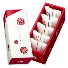 鞠形の丸窓が開いた、漆塗(うるしぬり)をイメージした鮮やかなボックスに可愛らしい5種類の工芸茶「テマリ」を詰めました。