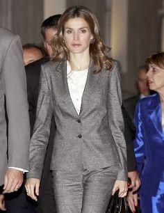 Fashion Assistance: Dña. Letizia otra vez con traje gris, en Toledo