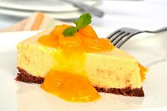 No Bake Mango Cheesecake with Mango Sauce. Hmmm, not sure, I love full on cheesecake but this is beautiful and easy to boot! Would make an impressive dessert after a summer BBG. Eggless Desserts, Köstliche Desserts, Summer Desserts, Delicious Desserts, Dessert Recipes, Yummy Food, Healthy Food, Mango Cheesecake, Cheesecake Recipes