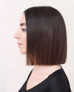 Drawing inspiration from high fashion, art & film, celebrity hair stylist Anh Co Tran has perfected the 'customized' haircut, also known as 'Lived-in Hair. Blunt Bob Brunette, Short Brunette Hair, Girly Hairstyles, Bob Hairstyles, Short Hair Cuts, Short Hair Styles, Straight Long Bob, One Length Haircuts, Blunt Hair