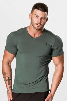 Man, Mens Hairstyles With Beard, Gym Outfit Men, Athletic Models, Beautiful Men Faces, Beard Styles For Men, Fitness Motivation Pictures, Muscle Shirts, Quality T Shirts
