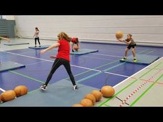 Lauf- und Wurfschulung mit Medizinbällen - YouTube Arm Workouts At Home, Gym Workouts, Preparation Physique, 100 Workout, Pe Activities, Volleyball Training, Physical Education Games, Athletic Training, School Sports