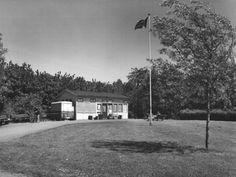 Datering tot: 1976-12-31 Beschrijving: De kantine en clubhuis van de Volkstuinvereniging Vijfsluizen aan (een zijweg van) de Schiedamsedijk.