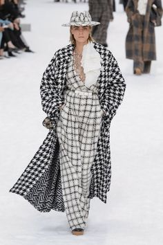 CHANEL FALL WINTER 2019-20 FASHION SHOW