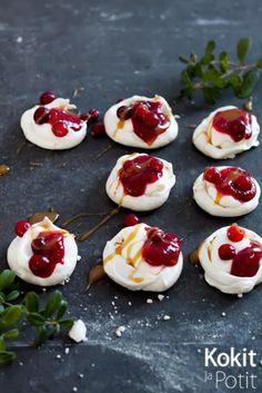 Mini pavlova w/lingonberry and salted caramel sauce (in finnish) | Kokit ja Potit -ruokablogi