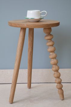 Gorgeous bit of wood spinning on the leg. Love this!
