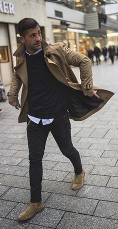 5 Men's Style Trends For 2018 & How To Wear Them - with a fall combo with a brown trench coat black sweater light but button up shirt black denim brown suede chelsea boots. Mode Masculine, Brown Suede Chelsea Boots, Mens Chelsea Boots, Brown Chelsea Boots Outfit, Chelsea Brown, Outfit Stile, Brown Trench Coat, Trench Jacket, Mens Style Guide