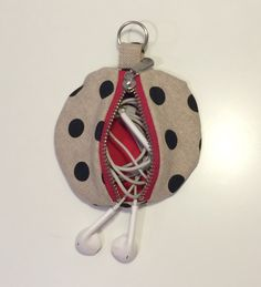 ~ TUTO : coudre un porte-monnaie ~ | coutureforeverybodiy Sewing Online, Diy Crafts For Gifts, Creation Couture, Smocking, Textiles, Christmas Ornaments, Holiday Decor, Pattern, Diy Accessoires