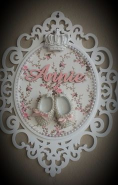 Enfeite De Porta De Maternidade E Quarto De Bebe - R$ 89,90 Girl Nursery, Girl Room, Nursery Decor, Baby Crafts, Diy And Crafts, Decoration Buffet, Baby Frame, Baby Shawer, Creation Deco