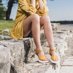 Diese SUPER SOFTEN Keil-Sandaletten schenken Ihnen stylische Momente für die wärmeren Tage. Das Modell punktet mit feinem Nubukleder in Curry-Gelb und einer schönen Schließe, die durch einen Klettverschluss für rasches An- und Ausziehen sorgt. Die super softe Lederverarbeitung überzeugt mit maximalem Tragekomfort. Paul Green, Trends, Super, Curry, Accessories, Shopping, Fashion, Leather Working, Moving Out