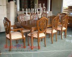 Set meja makan jati diproduksi oleh mebel ukir jepara yang pembuatannya dikerjakan oleh pengrajin jepara yang sudah berpengalaman sehingga menghasilkan set meja makan yang berkualitas dan mampu bersaing dipasaran. Bentuknya yang minimalis cocok untuk ruang makan minimalis rumah anda.