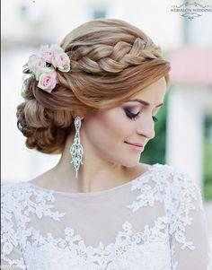 Inspiration chignon mariée avec tresses et fleurs roses | www.makeupartist.fr