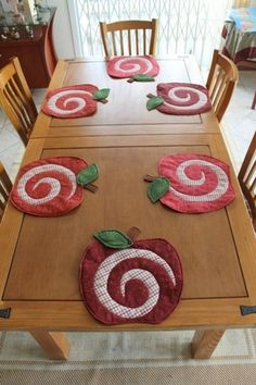 Table Runner And Placemats, Quilted Table Runners, Hobbies And Crafts, Diy And Crafts, Quilting Projects, Sewing Projects, Apple Decorations, Quilted Potholders, Place Mats Quilted