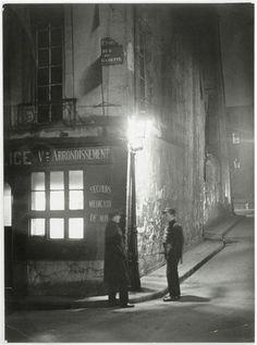 Brassaï (1899-1984) - Commissariat de police, au coin de la rue de la Huchette et de la rue du Chat-qui-Pêche 95e arrondissement] - vers 1930 - Réunion des Musées Nationaux-Grand Palais