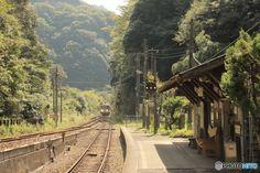 人里離れた鬱蒼としげる森の中にある秘境駅に、列車が乗り入れる瞬間は情緒満点です。秘境駅では、日本に鉄道が乗り入れたばかりの開拓時代を彷彿とさせるノスタルジックな雰囲気が漂っています。 Japanese Buildings, Japanese Architecture, Aesthetic Japan, City Aesthetic, Life Is Beautiful, Beautiful Places, Japan Train, Japan Street, Summer Photography