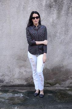 Beauty Things - por Mayara Barbosa: look do dia Look do dia casual com calça destroyed, camisa xadrez com aplicações, sapato mocassim azul metálico e óculos de sol