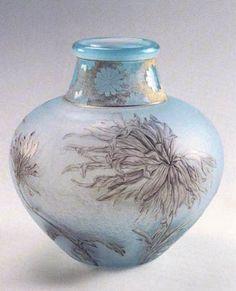 Daum Frères. Vase Chrysanthèmes Victor Lemoine. 1897. Verre soufflé-moulé, gravé à l'acide et émaillé avec rehauts d'or. Musée de l'École de Nancy - France