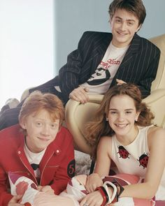 "Daniel Radcliffe, Emma Watson & Rupert Grint during ""YM Magazine"" Photoshoot Harry Potter Hermione, Estilo Harry Potter, Images Harry Potter, Saga Harry Potter, Mundo Harry Potter, Harry Potter Jokes, Harry Potter Outfits, Harry Potter Characters, Harry Potter Universal"