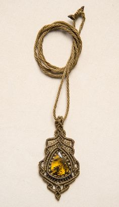 Macrame necklace with Ámber natural stone by Amonithe on Etsy.