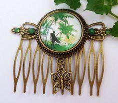 Nostalgischer Haarkamm aus antikgoldfarbenem Metall mit einer  Fassung und einem handgearbeiteten Glas Cabochon mit schönem Motiv mit Insel und Pal...