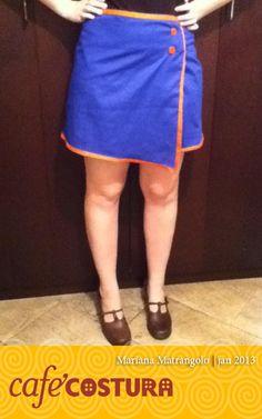 Mariana Matrangolo - Sainha envelope azul com botões e viés laranja dando charme! E quem fez foi a... Mariana!