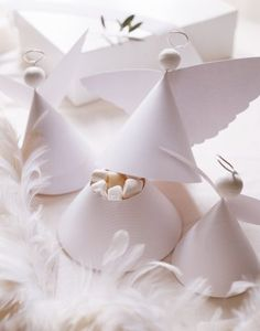 Gift boxes in the shape of little angels made ​​with white paper and wire. Christmas Angels, White Christmas, Christmas Holidays, Christmas Crafts, Christmas Decorations, Christmas Ornaments, Table Decorations, Paper Angel, Navidad Diy