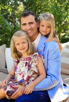 http://www.fashionassistance.net/2014/06/fotos-oficiales-del-principe-felipe-y.htmlFashion Assistance: Fotos oficiales del Príncipe Felipe y las Infantas Leonor y Sofía hechas hace dos años!