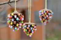 Diy christmas ornaments 238198267769427667 - These pom pom and pinecone ornaments are SO EASY! They're a great craft for both kids and adults and they end up looking surprisingly beautiful! Kids Christmas Ornaments, Pinecone Ornaments, Easy Christmas Crafts, Homemade Christmas, Simple Christmas, Christmas Decorations, Diy Ornaments, Christmas Tree, Family Christmas