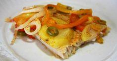 1 kg de filé de Panga  - 2 tomates  - 2 cebolas  - Azeitonas verdes  - 1/2 pimentão amarelo  - 6 batatas médias  - azeite de oliva  - 3 limões  - sal  - pimenta-do-reino  - 1 caldo de camarão  -