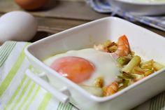 la cocina de aficionado: Huevos al plato con ajos tiernos y langostinos