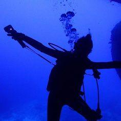 【miyuma8282】さんのInstagramをピンしています。 《2016 November 9  𓇼 𓇼 gm🤗 #通り池 シルエットな私💜💙💜💚 下に吸い込まれそうだったぁー🌚🌞🌚🌞🌚 透明度もバッチリ💜 今日は、あいにくの天気だぁー🌬🌬🌬 𓇼 #沖縄#宮古島#日本#ダイビング#海#宮古ブルー#ブルー#gopro#ゴープロのある生活#ダイバー#ハッピー#okinawa#miyakojima#japan#diving#sea#diver#dive#instagood#instapic#instasea#instagramers#instamoment#instadiva#instaphoto#instalike#blue》