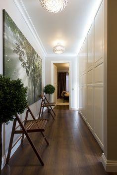 Фотография: Мебель и свет в стиле Восточный, Современный, Малогабаритная квартира, Квартира, Дома и квартиры, планировка трехкомнатной квартиры, элементы неоклассики, нейтрально-серый цвет стен, темные люстры, белые двери, дизайнер варвара зеленецкая – фото на InMyRoom.ru