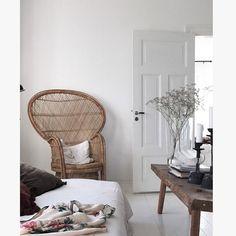 Se det charmerende gårdhus i Sydsverige, hvor indretningsarkitekten har brugt smukke farver, vintage møbler og skandinavisk stil. Flooring, Decor, Furniture, Living Room, 2nd Floor, Chair, Home, Hanging Chair, Home Decor