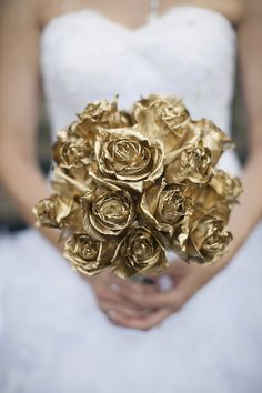 Gold rose bouquet? Yes please!!!  // photo by www.sarahbrayphoto.com, florals by www.gardengateflorals.com