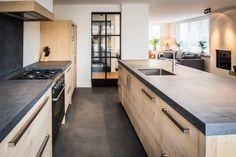 Stoere handgemaakte eiken keuken met een gesmeerd aanrechtblad.