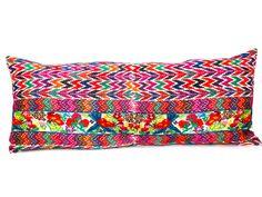realizado con huipil antiguo, bordado a mano con hilos de seda y algodón