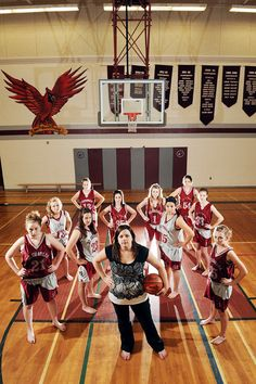 This is an interesting picture idea. I like how the picture shows the team and the coach. Maybe we can use this idea in our yearbook. Yearbook Picture Ideas, Team Picture Poses, Yearbook Pictures, Team Pictures, Team Photos, Sports Pictures, Yearbook Ideas, Photo Poses, Photo Shoot